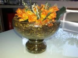 Vaso sofisticado com flores alaranjadas pequeninas e folhas