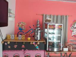 Cascata de chocolate e estufa para salgados
