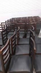 Mesas 70 x 70 e cadeiras de madeira