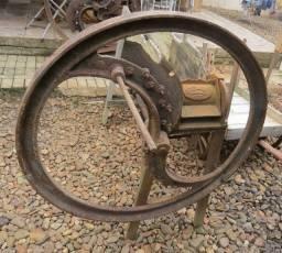 Antiga Maquina de picar trato/ capim (decoração)