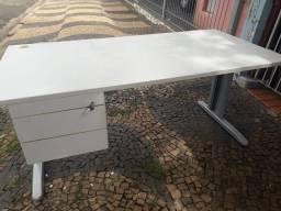 Mesa com duas gavetas grande .
