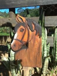 Cavalo entalhado em madeira maciça