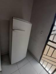 Vende-se uma geladeira