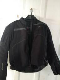 Jaqueta e capacete para motoqueiro