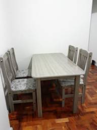 Mesa de jantar com 6 cadeiras.