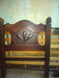 Vende-se cama usada, madeira pura, em perfeitas condições