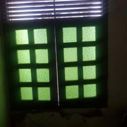 vendo tres janelas com vidro