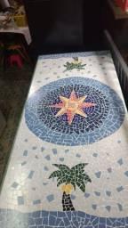 Mesa de Madeira Maciça com Tampo Feito em Mosaico