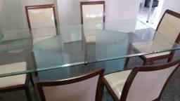 Sala de Jantar c cadeira alcochoada e mesa de vidro