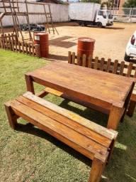 Mesas com banquinhos