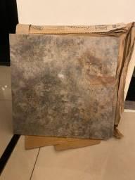 Porcelanato marmorizado polido cinza 50x50cm