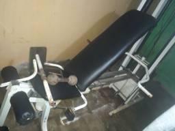 Estação musculação em perfeita condições de uso