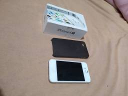 iPhone 4S com cabo de carregador