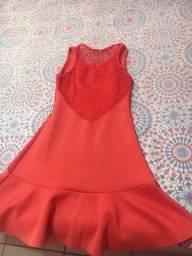 vestido na cor coral