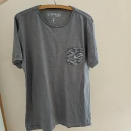 Camiseta cinza com bolso estampando 4242db58f0930