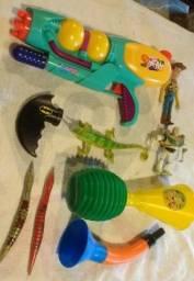 Vários brinquedos - lançador de água e outros - 20 reais tudo