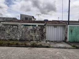 Casa no Conj. Salvador Lira, com 03 quartos, sendo 01 suíte