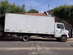 Caminhão baú de fretes e mudanças em geral