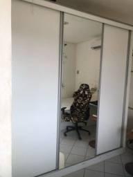 Guarda- roupas planejado com 3 portas de correr e espelho