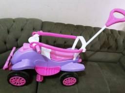 Quadriciclo infantil, com apoios nas laterais