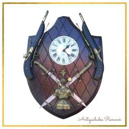 Relógio escudo estilo medieval funcionando