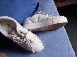 Sapato impermeável e tênis branco azaleia