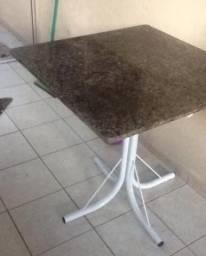 Mesa com tampo em granito pouco uso