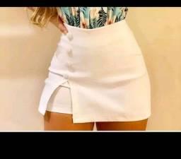 Short saia no Bengaline com fenda lateral e botões encapados