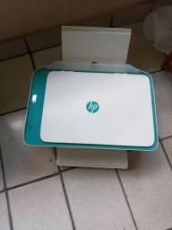 Impressora HP com tinta colorida e preta . Com defeito.