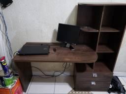 Mesa escritório com gavetas e prateleiras