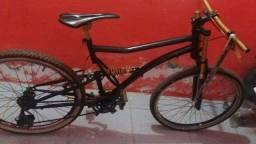 Trocar bike e um relógio da games dourados em uma bike de freio a disco