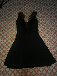 Vestido com tule e renda no decote