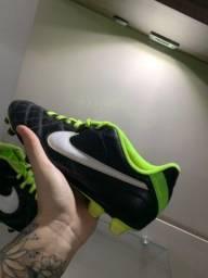 Chuteira Nike Tiempo (Número 39)