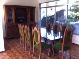 Sala colonial com 8 cadeiras + cristaleira