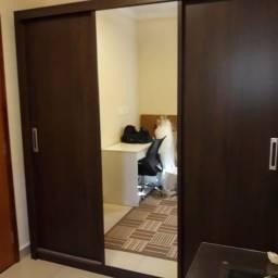 Guarda roupa 3 portas( uma espelho) e 2 gavetas com portas de correr.