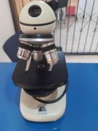 Microscópio para laboratório de escola