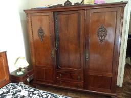 guarda roupas antigo de madeira maciça