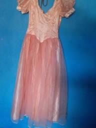 Vestido de princesa tem a saia em baixo com forro