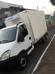 Agrega se caminhão bau refrigerado