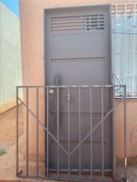 Porta de ferro com grade para janela