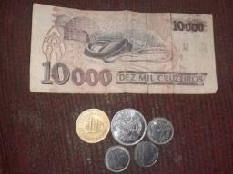Nota e moedas antigas.