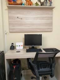 Mesa de computador com painel