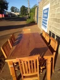 Jogo de mesa com 8 cadeiras.