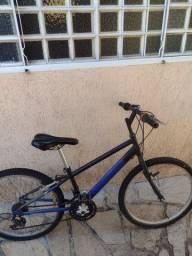 2 bicicletas e um skate