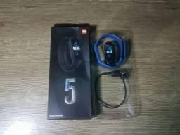 Smart band 5 nas cores preta e azul, não precisa desmontar para carregar aceito cartão
