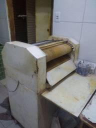 Modeladora de pães e um balcão caixa