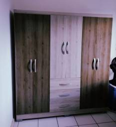Guarda-roupa R$300,00; 6 portas, 3 gaveta