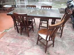 Mesa com cadeiras e vidro.