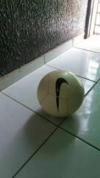Vendo bola da Nike original .