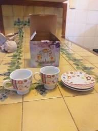 Conjunto de 2 xícaras e Pires com suporte.
